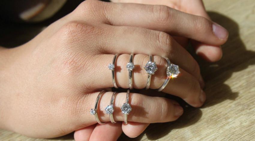 Ringe mit verschiedenen Diamantgrößen