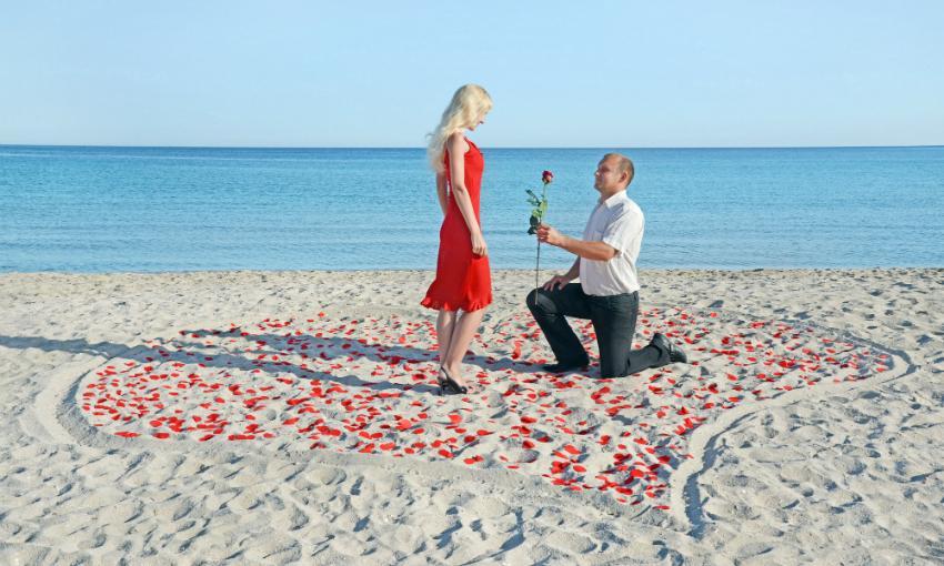 Kitschig darf sein: Heiratsantrag am Strand