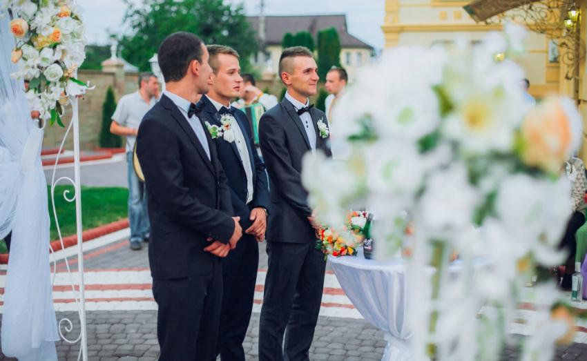 Bräutigam und Trauzeugen bei der Hochzeit