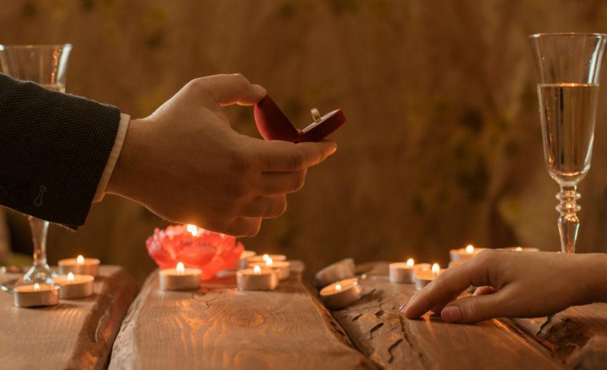 Heiratsantrag beim romantischen Dinner