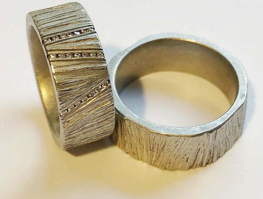 Ring mit aufwändigen Gravuren