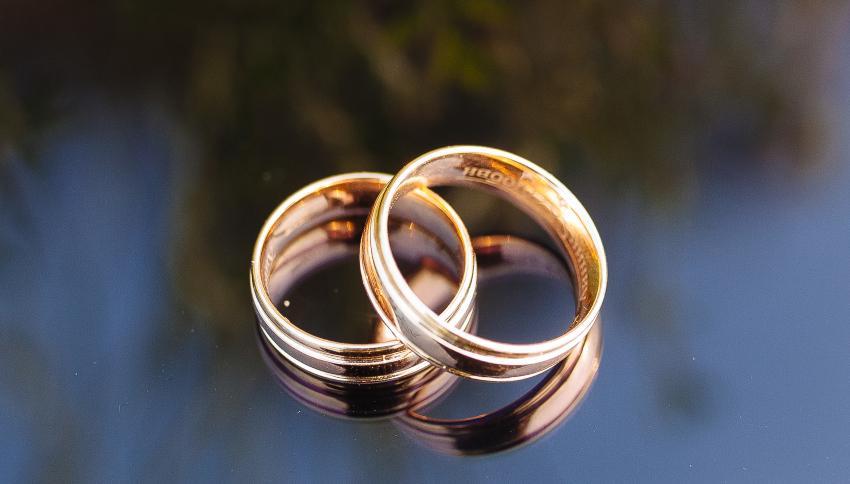 2 goldene Ringe mit innenliegender Gravur