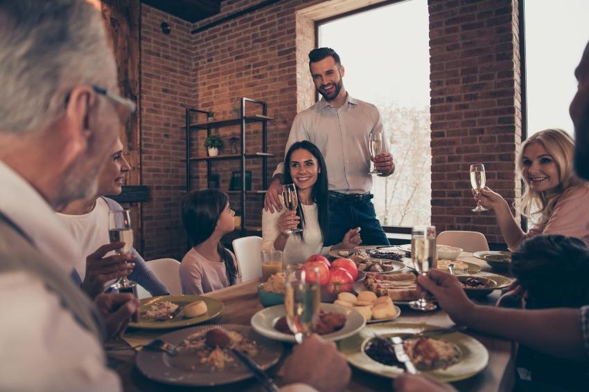 Verlobtes Pärchen stößt mit der Familie an