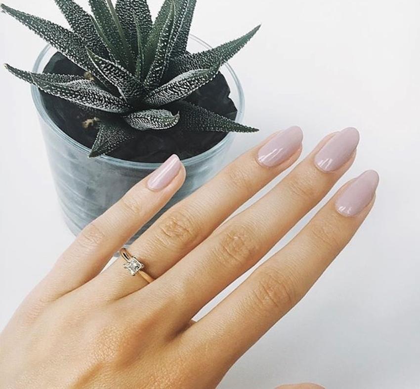 Frauenhand mit Verlobungsring