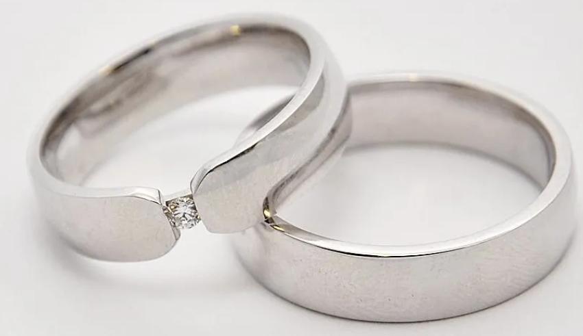 2 silberne Ringe in der Nahaufnahme
