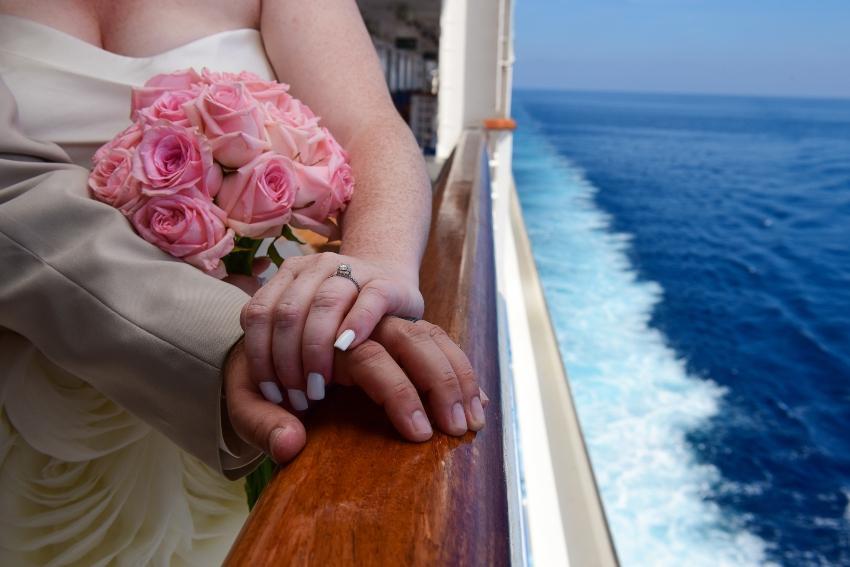 Diverse Reedereien bieten eine zeremonielle Hochzeit auf dem Schiff an