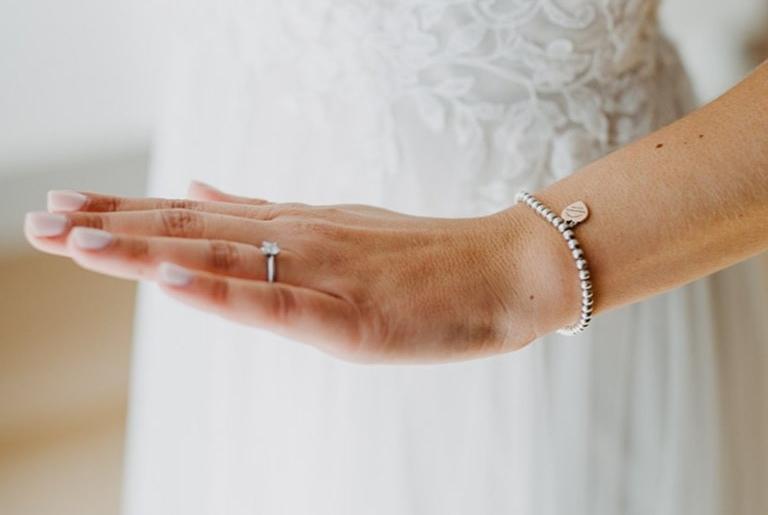 Hand einer Braut mit Trauring