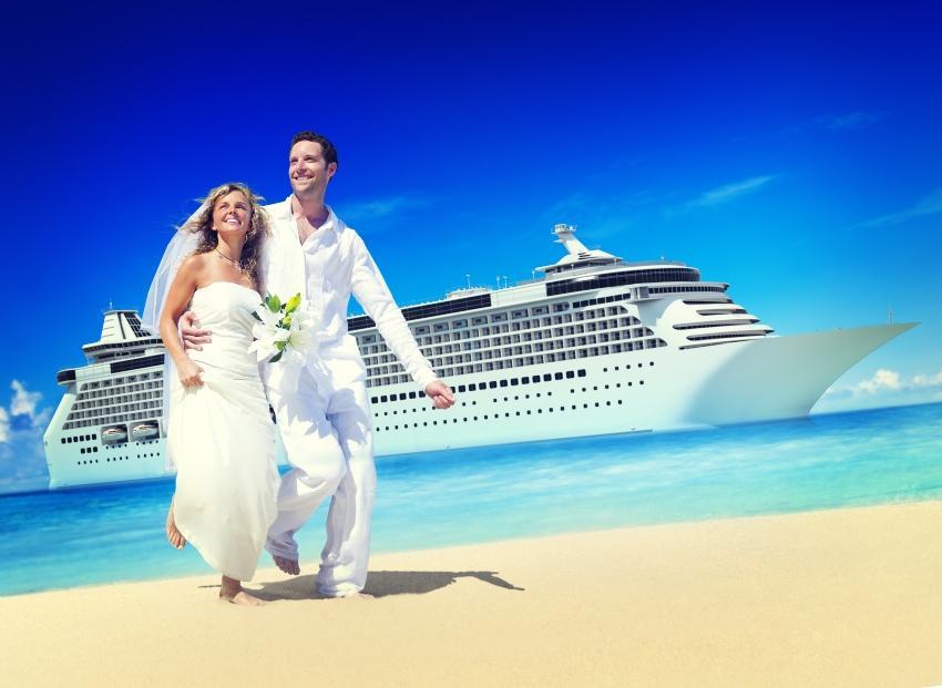 Hochzeitspaar am Strand | Im Hintergrund ein Kreuzfahrtschiff