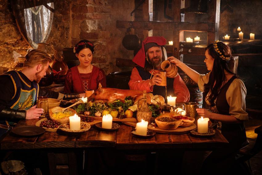 Gruppe beim Essen auf einer Mittelalter-Hochzeit