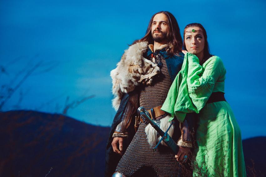 Ritter mit seiner Braut: Mittelalter-Hochzeit wie im Märchen