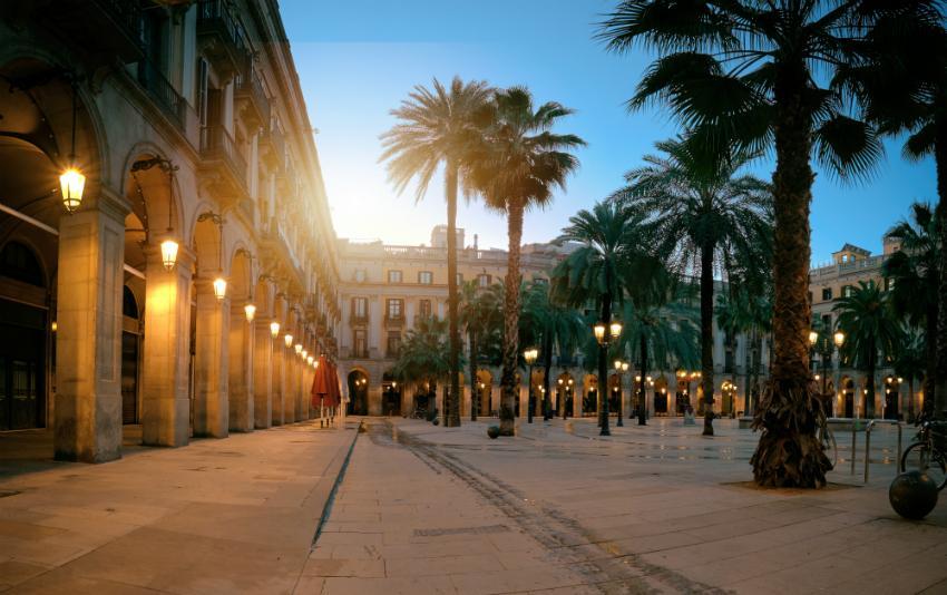 Der wunderschöne Plaça Reial in Barcelonas Altstadt