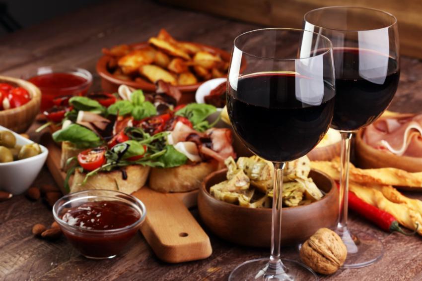 Tapas sind beliebte Snacks oder Vorspeisen, die man auch mit Wein genießen kann