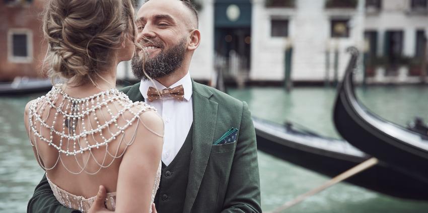 Junges Paar beim Heiratsantrag in Venedig