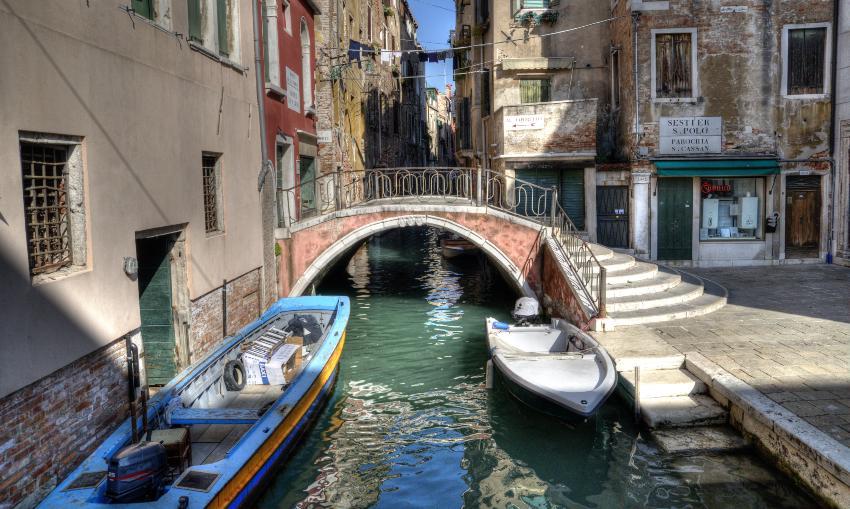 Blick auf Kanal und Gondel - abgelegener Teil Venedigs
