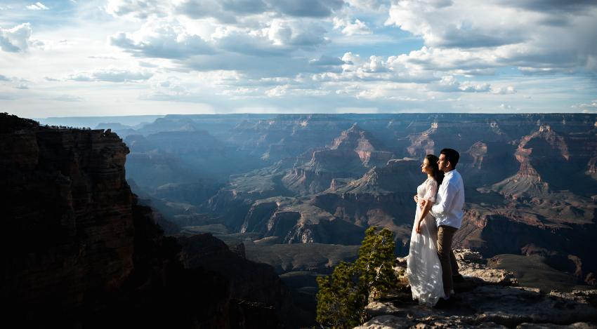 Junges Ehepaar am Grand Canyon -Heiraten im Ausland