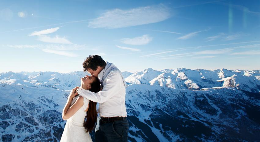 Hochzeitspaar, im Hintergrund Alpenpanorama