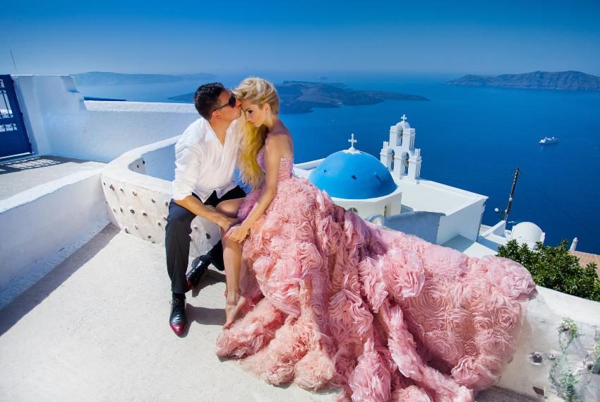 Junges Ehepaar oberhalb einer Kirche und dem Meer - Heiraten im Ausland