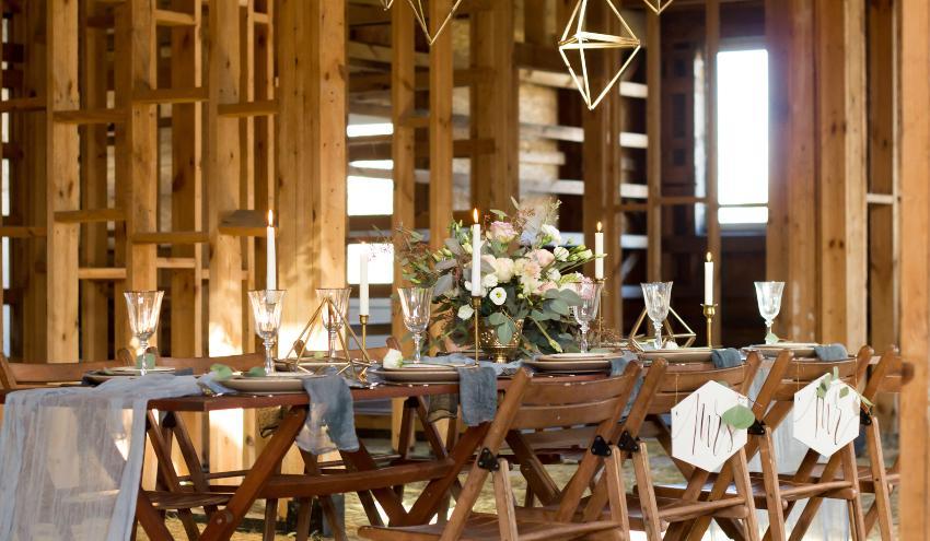 Hochzeitsdekoration in einer Scheune