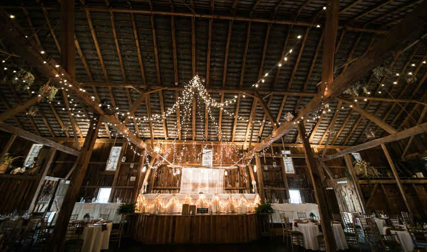 Scheune mit Lichterketten für eine Hochzeit - Scheunenhochzeit