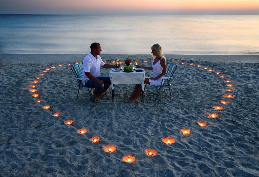 Candle-Light-Dinner am weissen Sandstrand
