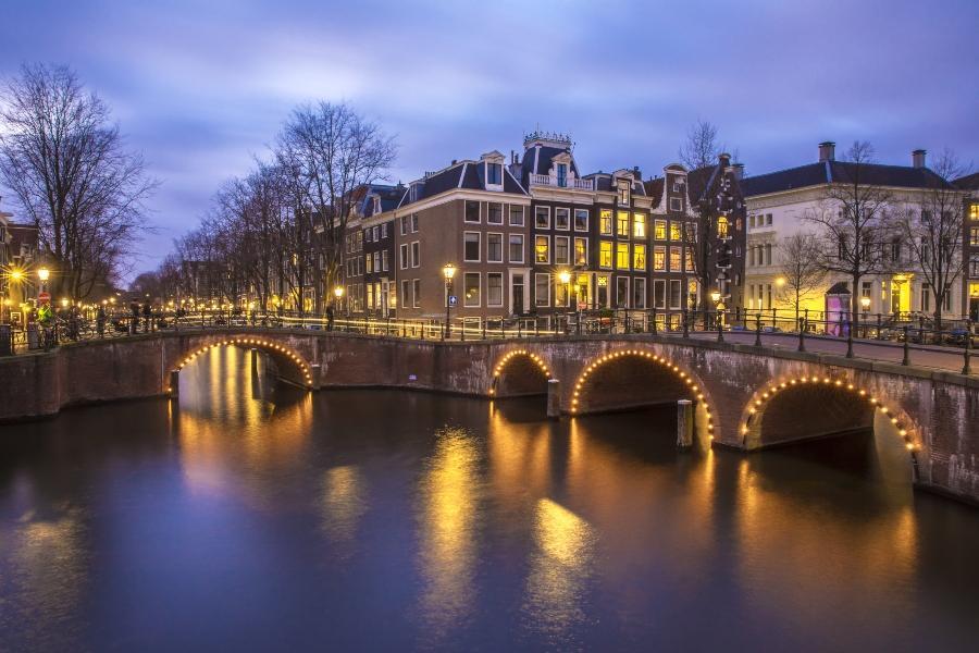 Blick auf den romantischen Kanal Leidsegracht in Amsterdam