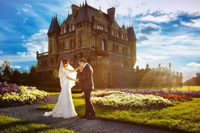 Hochzeitspaar vor einem Schloss