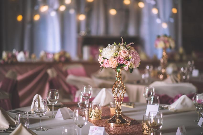 Elegant gestaltete Rosen werten jede Tischdekoration auf