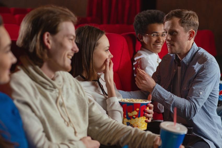 Junger Mann macht Heiratsantrag im Kino
