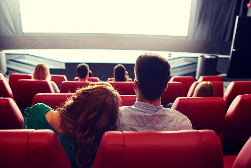 Jungs Paar von hinten - sitzt im Kinosaal
