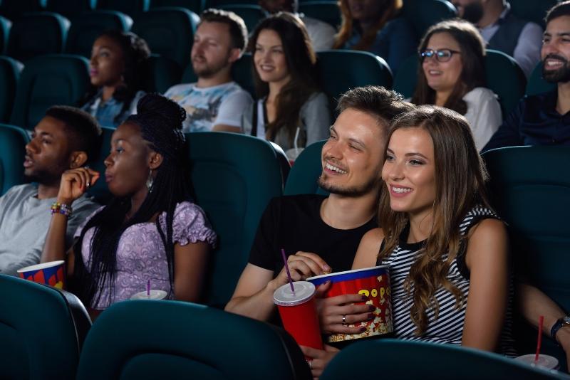 Junges Paar sitzt zusammen im Kino