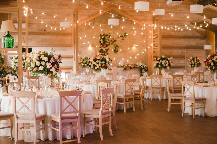 Tischdekoration mit Stil bei einer gemuetlichen Hochzeitsfeier