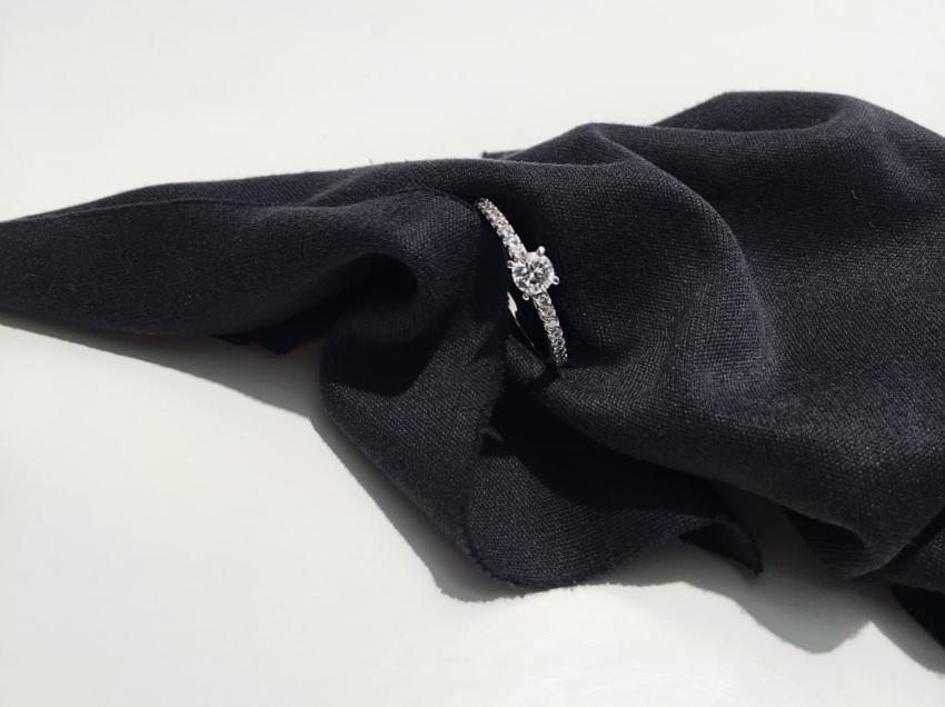 Verlobungsring auf schwarzem Tuch