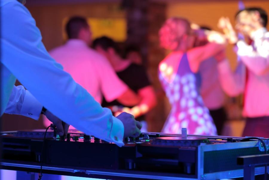 hochzeitsgaeste-tanzen