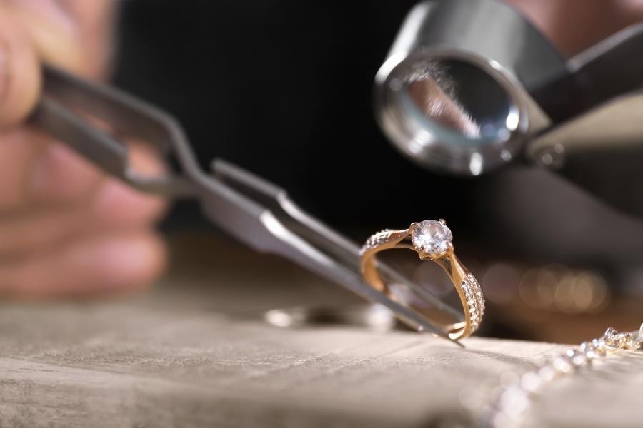 juwelier-diamantring-untersuchung-diamanten