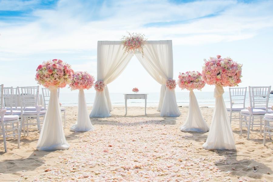 Romantische Hochzeitszeremonie am Strand