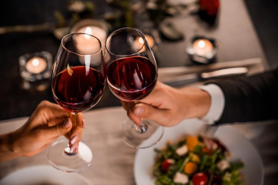 Romantischer Tag zuhause Hochzeitstag feiern trotz Beschraenkung