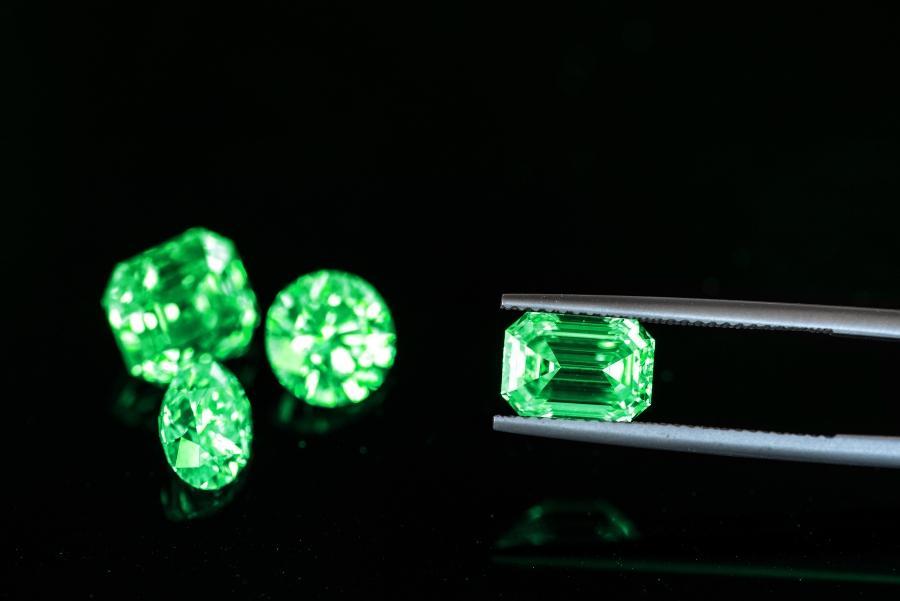 green-emerald-verlobungsring-mit-smaragd