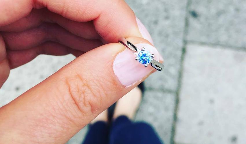 Ring mit blauem Edelstein