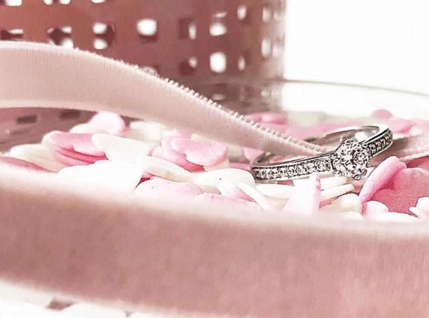 Platinring auf rosa Kiesbett
