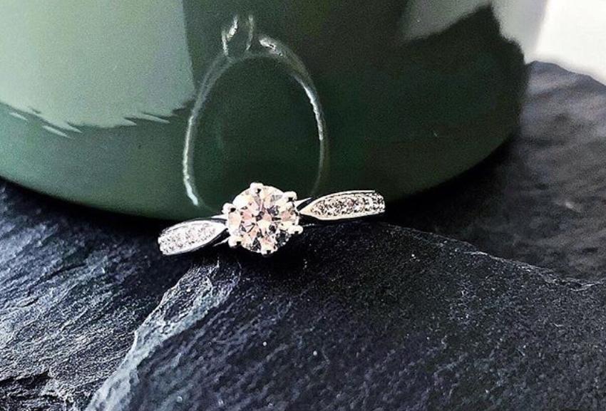 Platinring mit Diamant