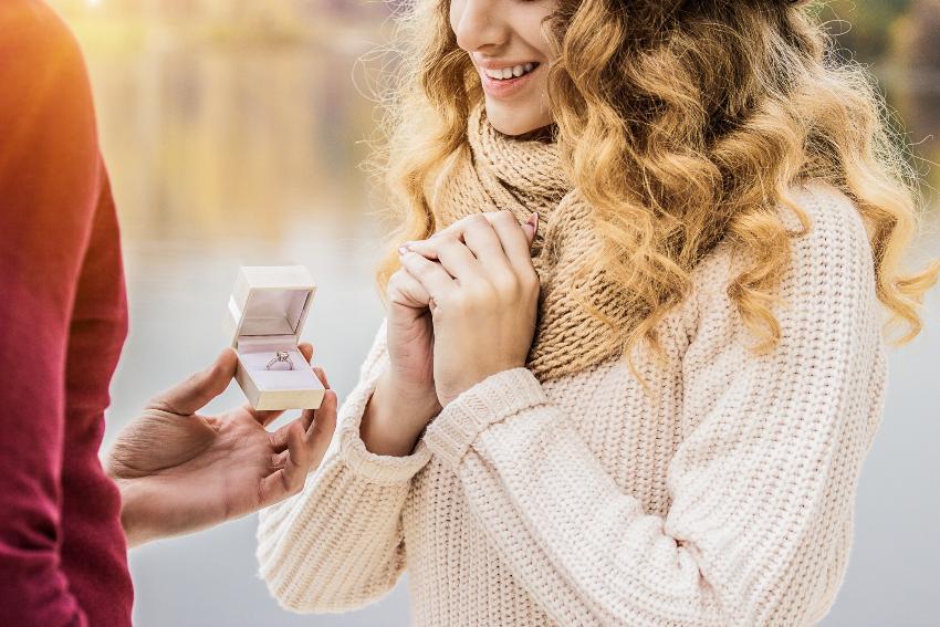 Ein Verlobungsring wird an die glückliche Freundin übergeben
