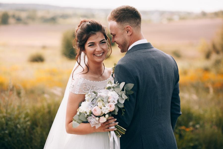 Ein weisses Kleid fuer die Heirat in Gruen