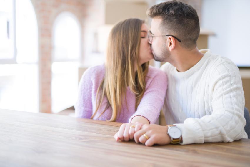 Junges Ehepaar mit goldenen Eheringen