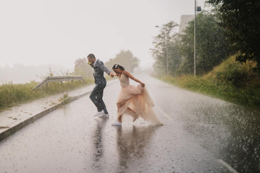Hochzeitspaar im starken Regen