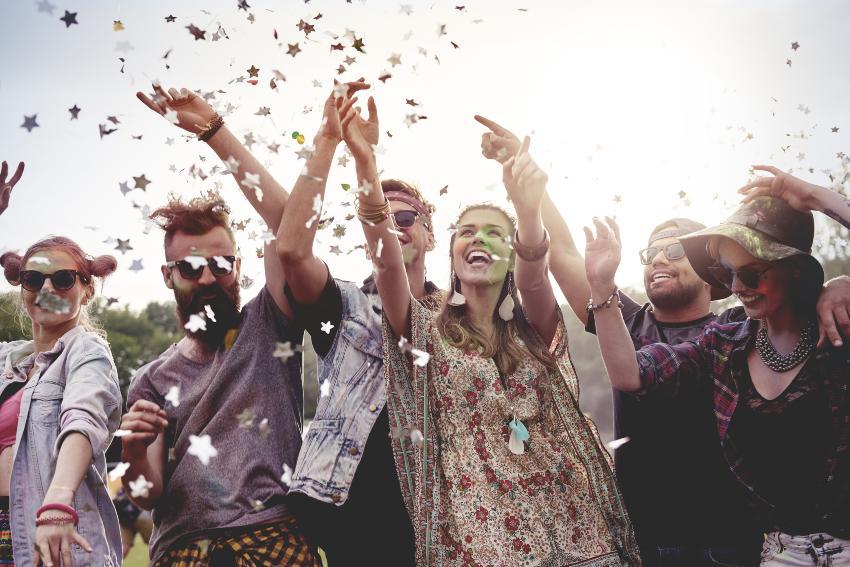 Junge Leute im Boho-Stil feiern