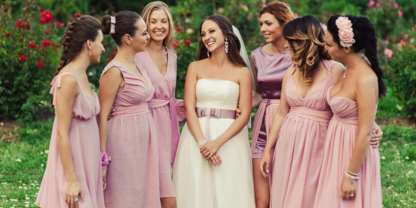 Brautjungfern posieren mit der Braut - eine der Aufgaben einer Brautjungfer