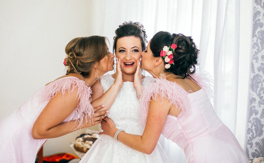 Brautjungfern küssen die Braut - Die Aufgaben einer Brautjungfer sind vielfältig