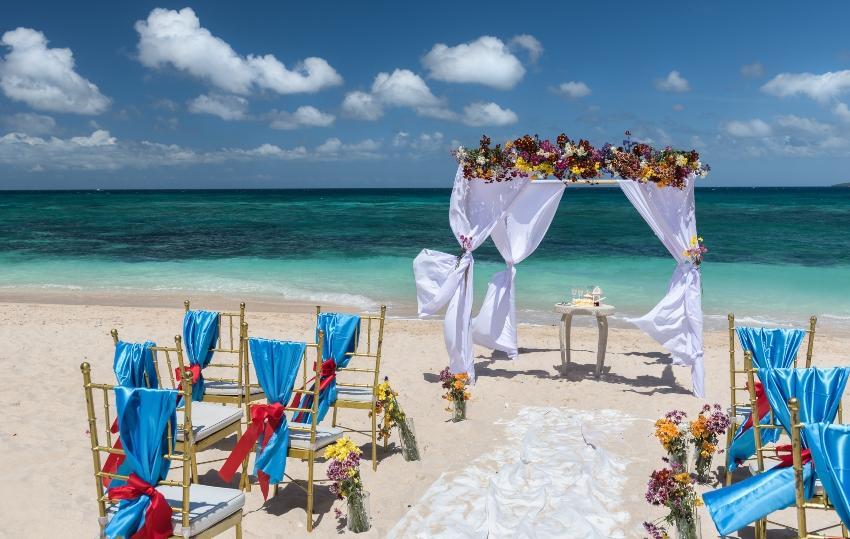 Ort am Strand für eine Hochzeit gestaltet