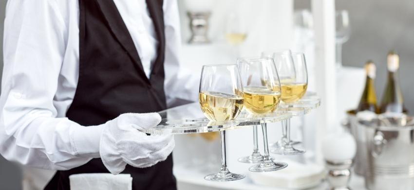Servicekraft mir Sekt auf einer Hochzeit