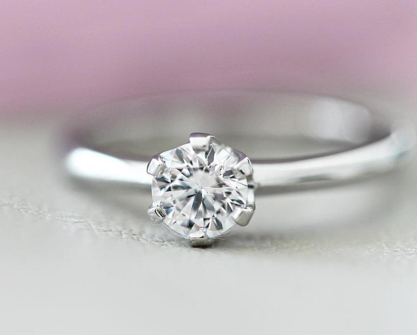 Wunderschöner Verlobungsring in Weißgold mit Diamant